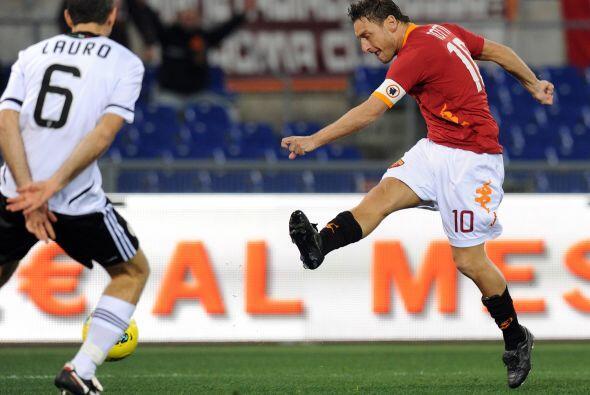Sin dudas la figura del partido fue el experimentado Francesco Totti, au...