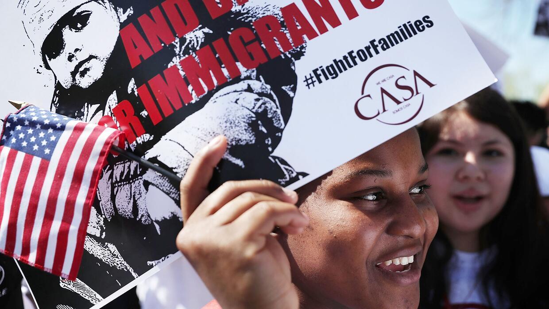 Inmigrantes durante una manifestación en apoyo a DACA y DAPA frente a la...