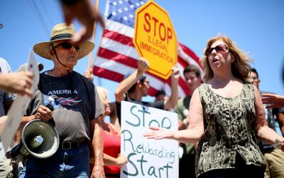 Algunos manifestantes antiinmigración en Murrietta, California.