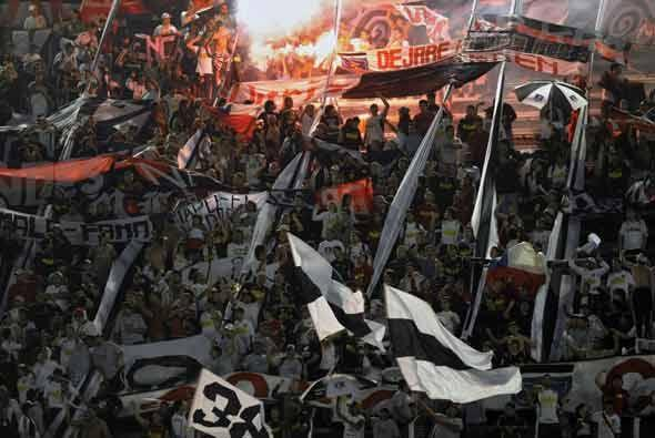 Cientos de hinchas chilenos llegaron al estadio José Amalfitani en Bueno...
