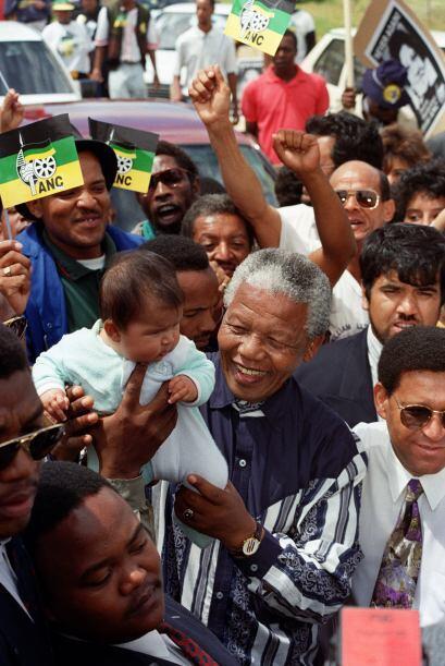 Mandela arropaba a la multitud que luchaba por sus derechos en Sudáfrica.