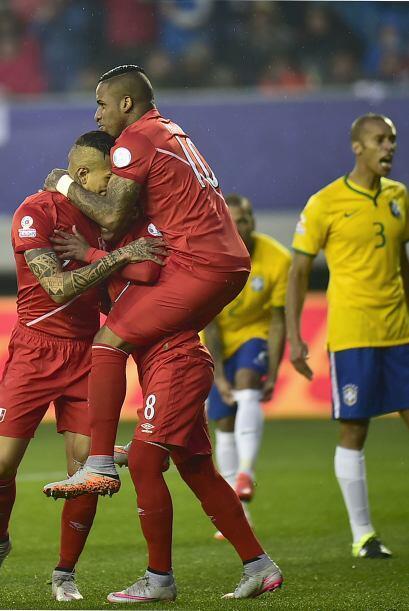 Cuevas aprovechó un error de David Luiz y del portero Jefferson para ade...