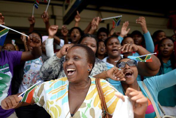El baile y los cánticos de agradecimiento a Mandela cesaron de go...