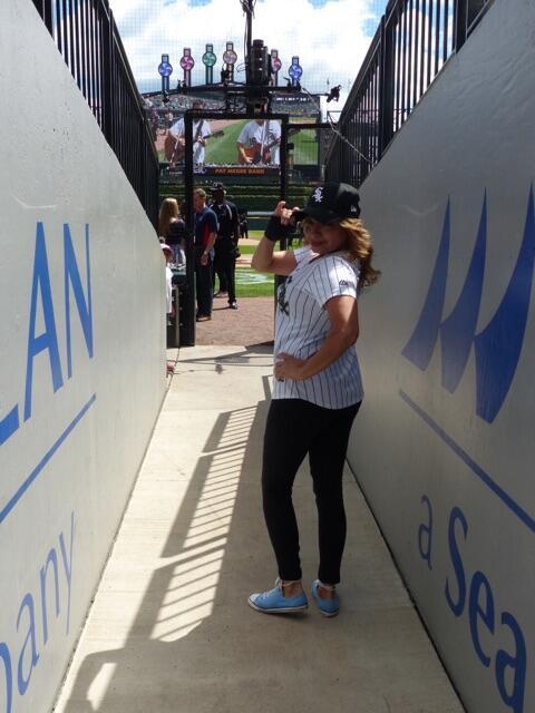 Ligia Granados realizó el primer lanzamiento del partido de los White So...