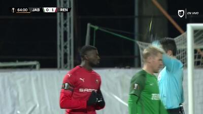 Tarjeta amarilla. El árbitro amonesta a M'Baye Niang de Rennes
