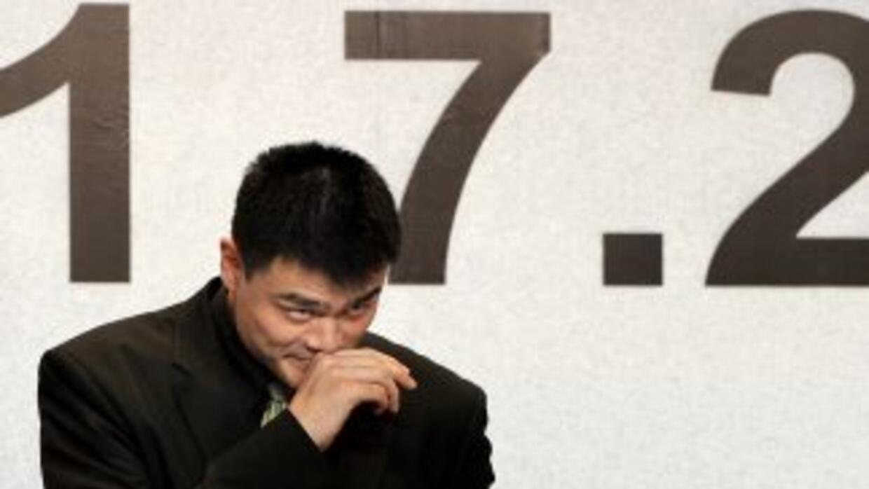 Yao Ming al momento de anunciar su retiro.