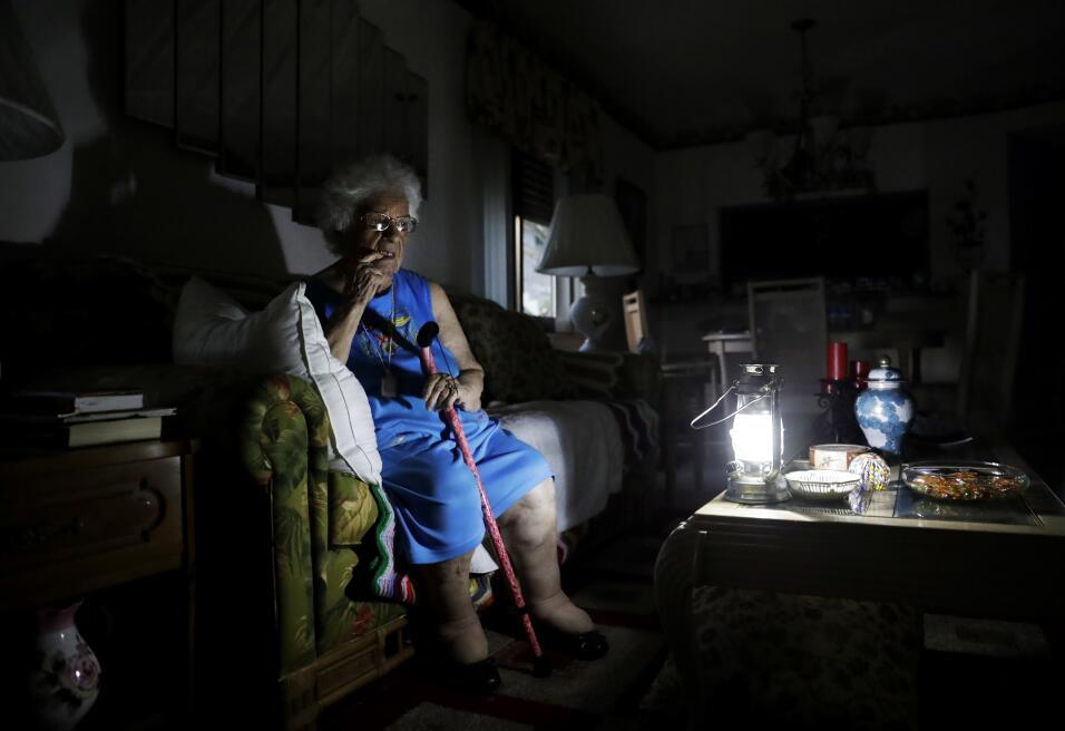 Mary Della Ratta de 94 años aguarda en su casa sin luz, a d&iacut...