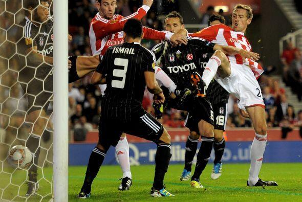 El Stoke City fungió como local ante el Besiktas.