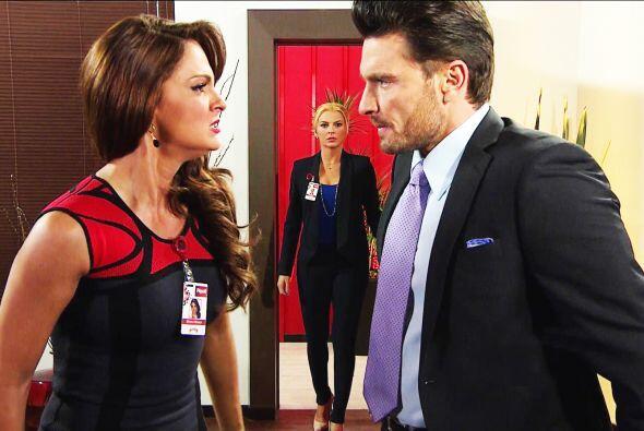 Otro poquito y Sofía los descubre en plena traición.