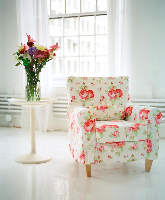 La inclusión de nuevos objetos decorativos, un espejo, un florero, corti...