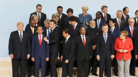Los gobernantes presentes se acomodan para la toma de la foto oficial de...