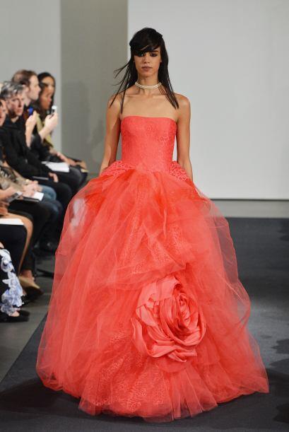 Si quieres conjugar lo tradicional con lo 'contempo', un vestido rojo co...