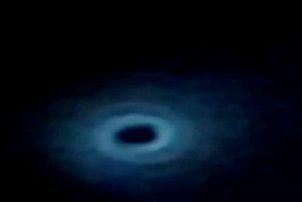 De manera inesperada, el espiral comenzó a perder luminosidad y a formar...
