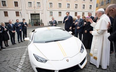 El Papa Francisco junto a su Lamborghini Huracán