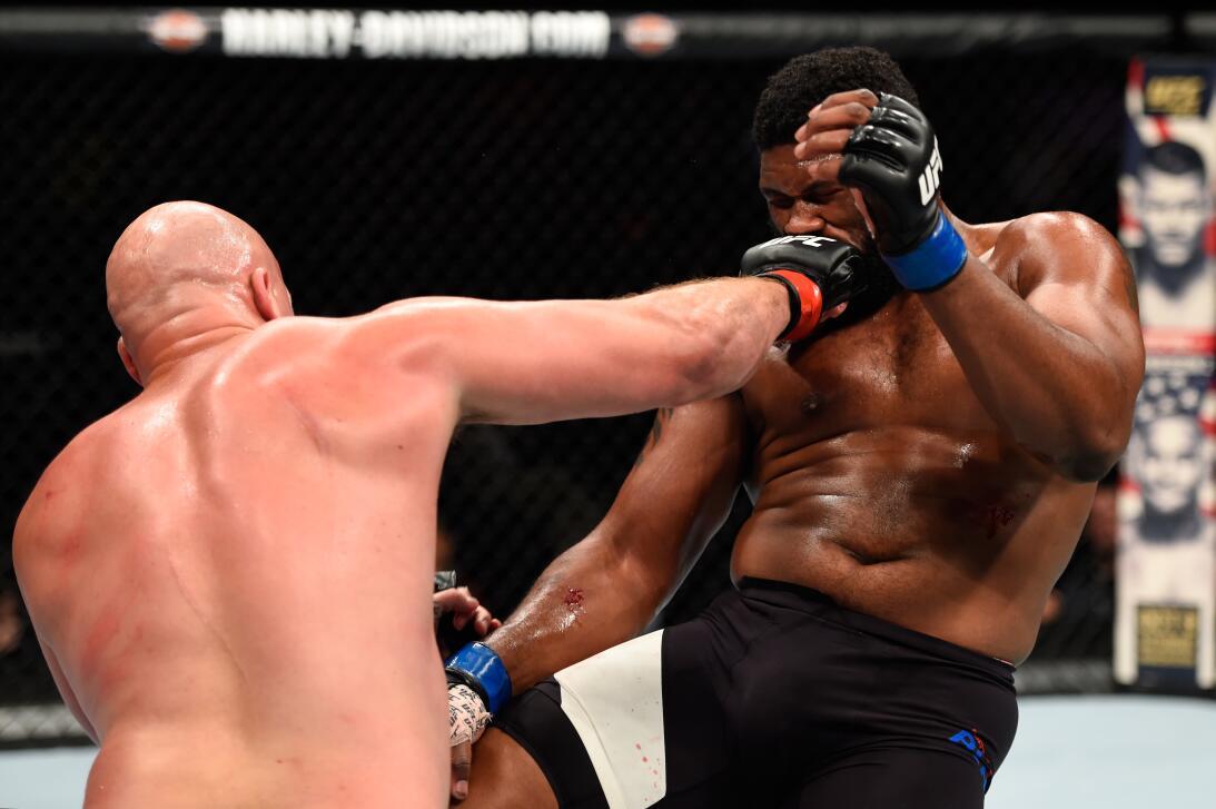 Golpes directos captados en el momento exacto en la UFC Cody East Curtis...