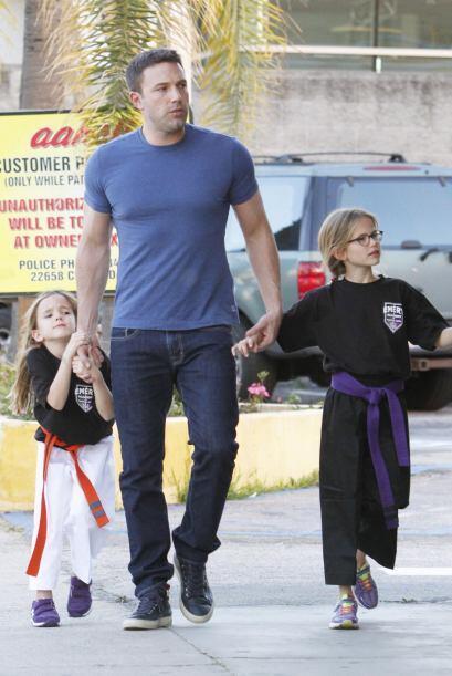 Las dos hijas de Ben y Jennifer disfrutan de sus clases de karate.