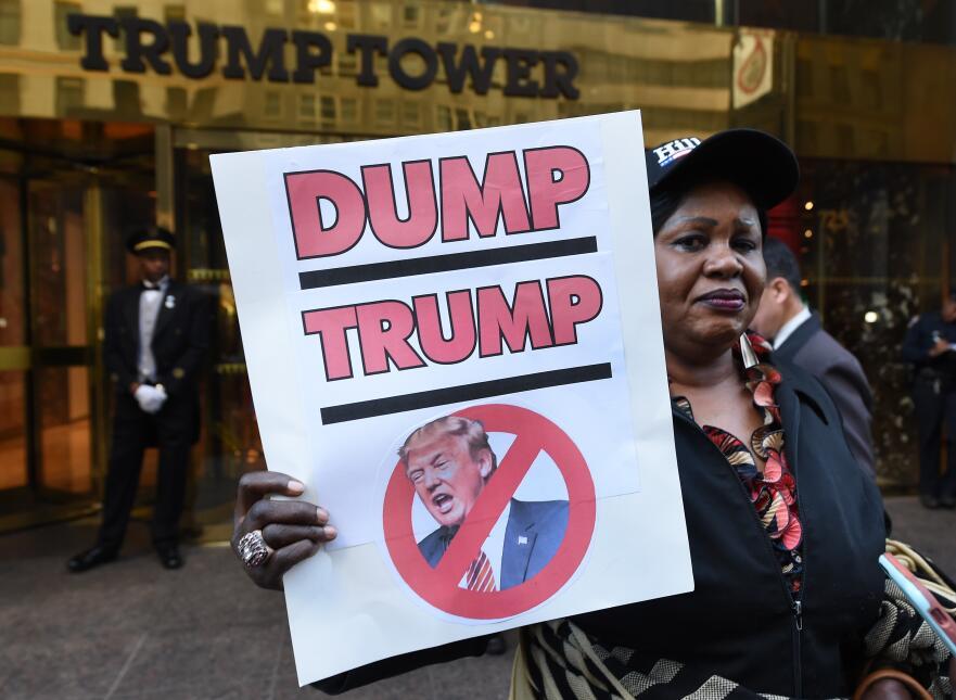 """""""Descarta a Trump"""" expresa la pancarta que esta mujer mostró e..."""