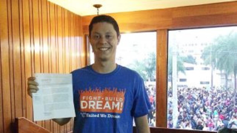 El inmigrante Felipe Sousa muestra la carta que le entregará al Papa Fra...