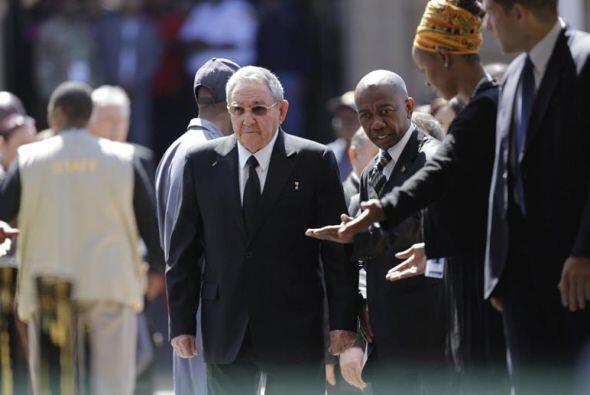 El presidente cubano, Raúl Castro, a su llegada a la capilla ardiente pa...