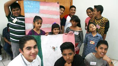 Alex Luna (arriba a la izquierda) con un grupo de niños nacidos e...