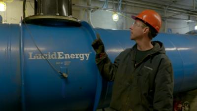 Los ingenieros han instalado pequeñas turbinas dentro de las cañerías de...