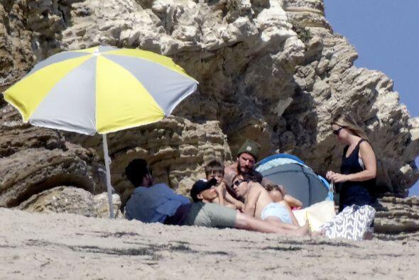 ¡Se van a la playa como cualquier otra familia! Aquí los videos más chis...