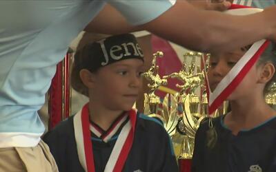 Una escuela de fútbol en Anaheim entrena a jóvenes para que cumplan su s...