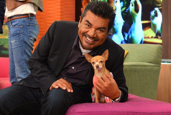 George Lopez posó feliz junto a nuestra adorable chihuahua.