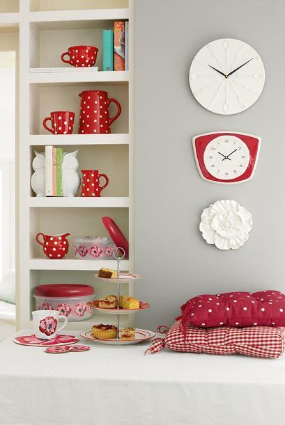 Un rojo intenso en tazas, jarras y azucarero es una de las apuestas de L...