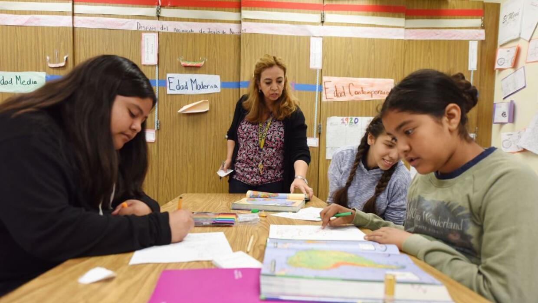 Blanca Claudio, al centro, enseña historia en español en una escuela de...