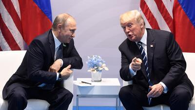 Trump y Putin se reúnen para la cumbre más impredecible e improvisada de la última década