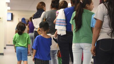 Dentro de un centro de detención para familias de ICE en Texas