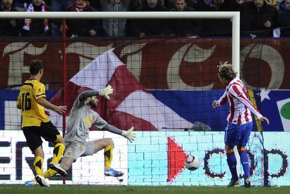 El uruguayo Diego Forlán mandó el balón al fondo de...