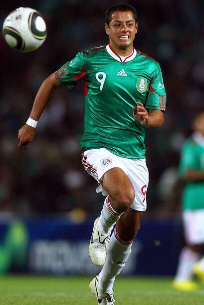 Javier Hernández, delantero de México y de Chivas, es el 6o. mexicano en...