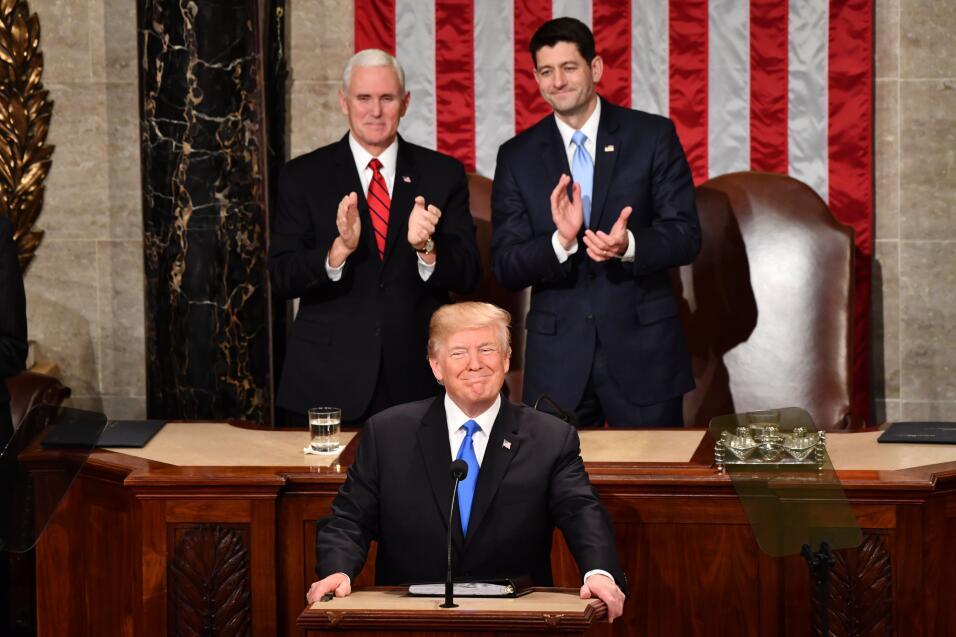 Donald Trump es recibido con aplausos antes de comenzar su discurso.