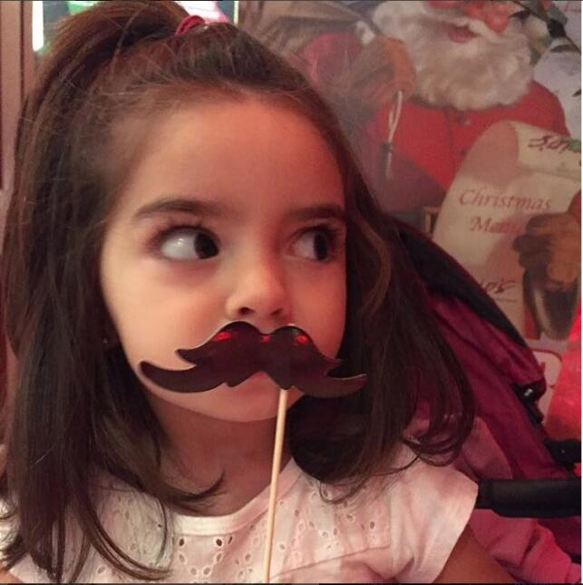 Aitana Derbez con bigote