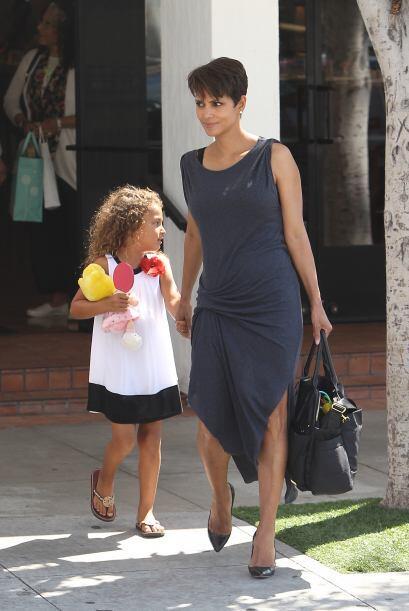 Muy de ese estilo vemos a la hija de Halle Berry cuyo vestido es la opci...