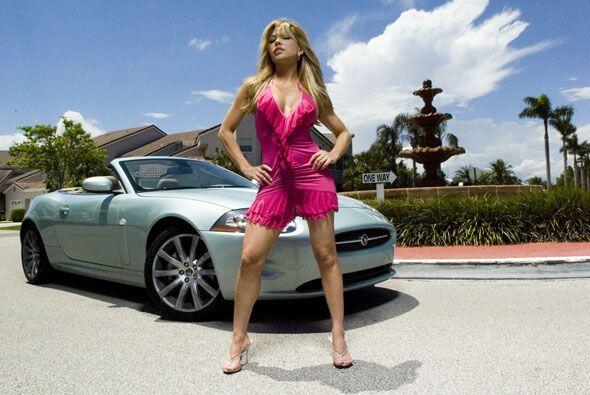 La siempre sensual Claudia Molina nos sedujo con este Jaguar XK R.
