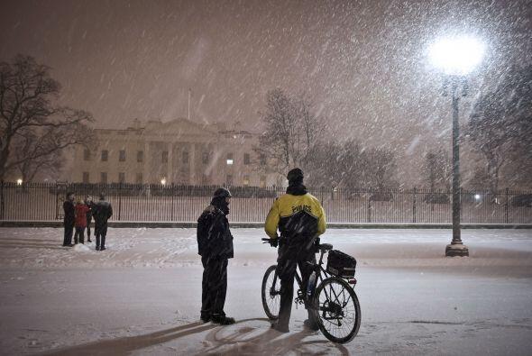 La Casa Blanca rodeada de una gruesa capa de nieve.