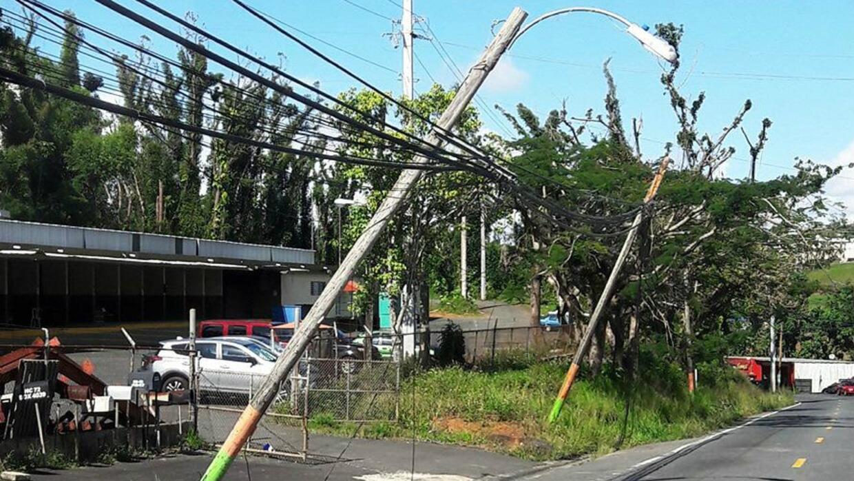 Poste averiado en la carretera PR152 en Naranjito