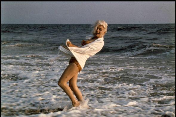Se muestra a la leyenda de Hollywood hermosa y juguetona en el mar.