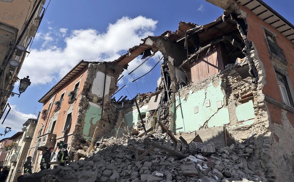 Bomberos buscan supervivientes entre los escombros de un edificio destru...