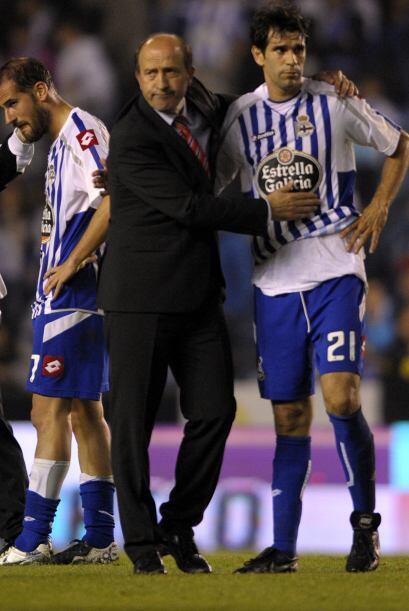 El técnico Lotina trató de consolar a sus jugadores, pero nada podía sac...