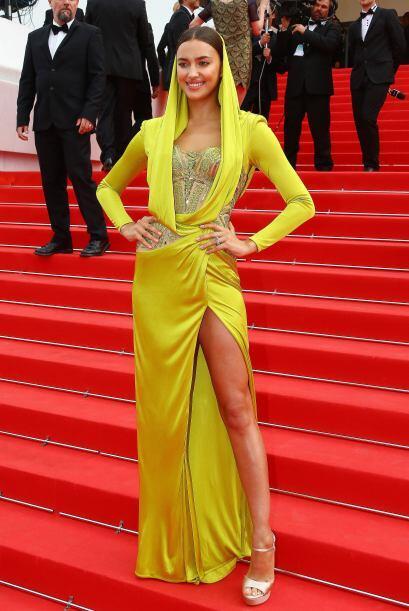 Con este vestido amarillo neón de la firma Versace, la modelo presumió s...
