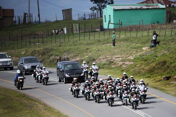 Una larga fila de vehículos civiles también escoltados por...