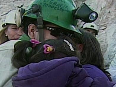 En la superficie lo esperaron su novia y su hija. El minero besó a su fu...