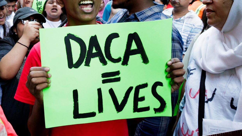 El gobierno trabaja en un nuevo plan migratorio que extendería DACA a ca...