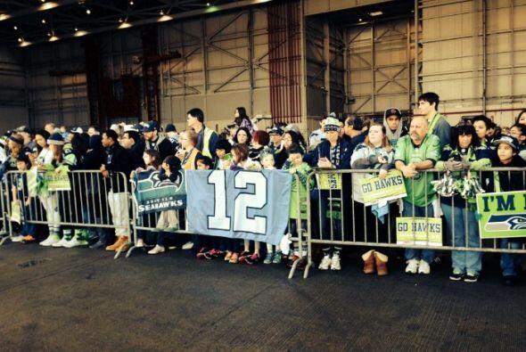 Horas antes, a su salida de Seattle, el equipo fue despedido por cientos...