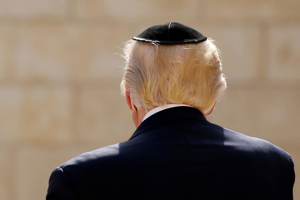 En el Muro, Trump, con la cabeza cubierta como es preceptivo por una kip...