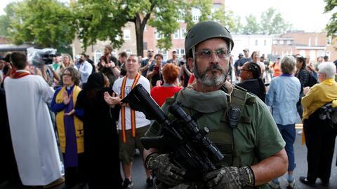 Un miembro de una milicia armada en Charlottesville este sábado.